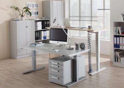 Schreibtische elektr. Höhenverstellung by famos im Geschäft