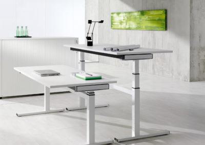 Sitz-Steh-Schreibtische by famos zertifiziert von AGR