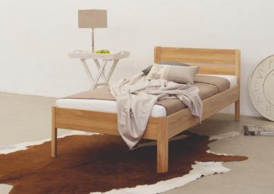Einzelbett aus Massivholz.