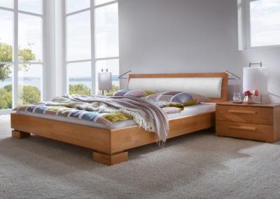 Holzbett mit Polsterkissen