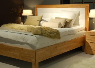 Bett mit Kopfteilrahmen