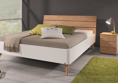 Bett mit zeitloser Eleganz